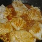 Dans une poêle , cuire le poisson salé et poivré, avec le jus des légumes, Réserver et ajouter le jus de cuisson aux légumes. With juice of vegetables, cook fish and shrimps in pan. and add the juice to the vegetables.