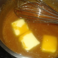 Ajouter le beurre en morceaux et bien mélanger pour qu'il soit fondu. Add butter and well stri to melt it.