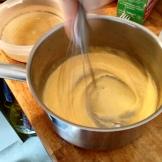 Mettre les 25 cl de lait à bouillir, et battre dans une autre casserole les jaunes et le sucre pour obtenir un mélange mousseux. Bring to boil slolwly and by sie in other pan, beat yolks and sugar until it's creamy.