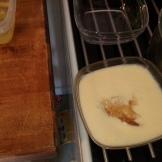 Verser dans un récipient et ajouter la gélatine ramollie, bien fouetter pour mélanger. Pour the cream in bowl, and add smooth gelatine, weel stir.