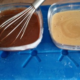 séparer la crème en deux , et ajouter l'arôme café dans un et le chocolat noir dans l'autre. , mettre les deux récipients sur une plaque du congélateur pour refroidir rapidement. Separate the cream in two equal parts and add the coffee extract in one , and black chocolate in second.