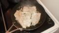 Poêler les morceaux de filet de poisson garder sur une assiette. Fry them with butter.