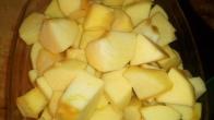 Eplucher et couper en dés 6 pommes golden. Peel and cut in cubes 5 golden apple