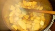 Et verser rapidement les pommes en faisant attention de ne pas vous brûler. Remuer rapidement avec une spatule en bois. et baisser le feu à la moitié de la puissance. Then put quickly the apple cubes on the caramel and stir fastly avoid to burn yourself. Decrease on medium power