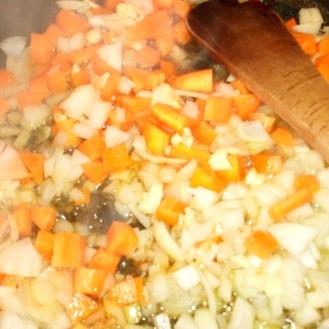 Retirer les cuisses et faire suer les légumes . take off legs and sweat vegetables.