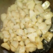 Poêler les dés de topinambours précuits à l'eau avec un petit peu de beurre. Pan the jerusalelm artichoke with butter.