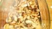 Faire poêler les champignons et les réserver dans un saladier. Pan mushrooms in pan and keep in bowl