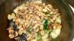 Ajouter les champignons et une pincée de persil haché. saler et poivrer. Add mushrooms , pinch of minced parsley, salt and pepper