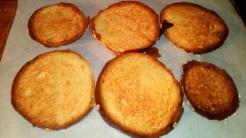 A côté, faire toaster des rondelles de pain au four. Parsemer du fromage râpé dessus, et les faire gratiner. Toast bread slices and put graped cheese on, grill them .