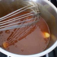 En dehors du feu, ajouter la crème liquide et le beurre en dès. Bien remuer. Out of burner, add liquid cream and salted butter.