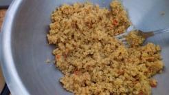 Humidifier 110 gr de mélange céréales type semoule avec aromates, et fruits secs avec 15 cl d'eau bouillante. Wet 3 Oz of mix semoula with aromates , with 15 cl of boiling water