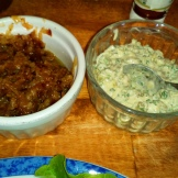 Prendre les oignons caramélisés au préalable et la sauce tartare maison . Garnish with caramlized onions and tartare sauce.