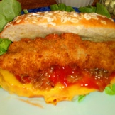 Mettre oignon, un petit peu de ketchup, mettre un filet de poisson pané . Put onions, a little bit ketchup, fish,
