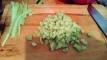 Couper les lanières de concombres et les mettre dans le saladier . Cut in small bands and then in cubes.