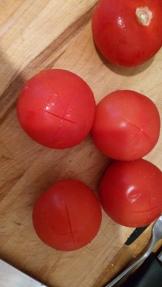 Pendant ce temps, préparer les tomates . faire une croix avec un couteau sur le dessus. During cooking, make cross with knife on top of tomatoes.