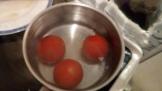 Et les plonger dans de l'eau bouillante pendant 30 secondes. Ensuite dans de l'eau glacée pour les refroidir. Plunge them in boiling water for 30 seconds and then iced water to cool them.