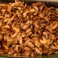 Faire suer les échalotes avec le beurre dans une poêle assez large et ensuite ajouter les champignons pour les faire rissoler, saler et poivrer. ajouter du persil haché et mettre dans le fond du plat. SWeat the shalots with butter in large frying pan, and add the mushrooms to sweat them , salt and pepper , and add pinch of frozen mixed parsley (process on blog). Put in bottom of oven dish.